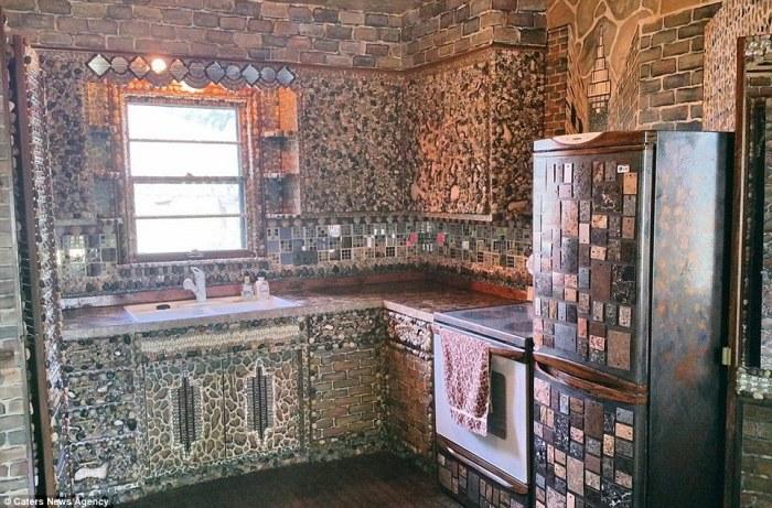 Интерьер кухни в необычном доме.