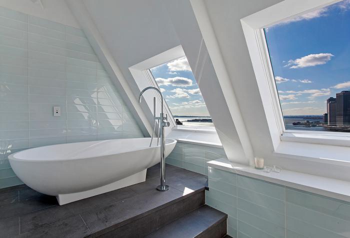 Ванная комната на мансардном этаже с восхитительным видом на небоскребы Нью-Йорка.
