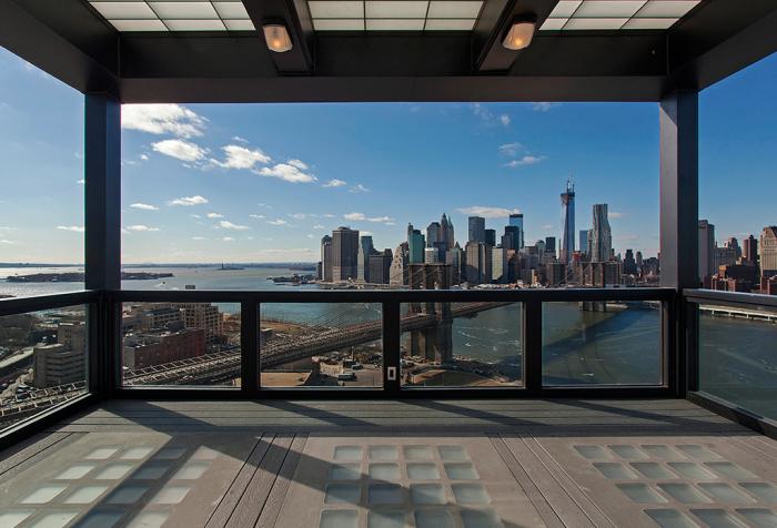 Терраса с умопомрачительным видом на Манхэттен на самом верху часовой башни, расположенной в Бруклине.