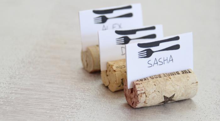 Холдеры из винных пробок для именных карточек украсят стол и помогут рассадить гостей.