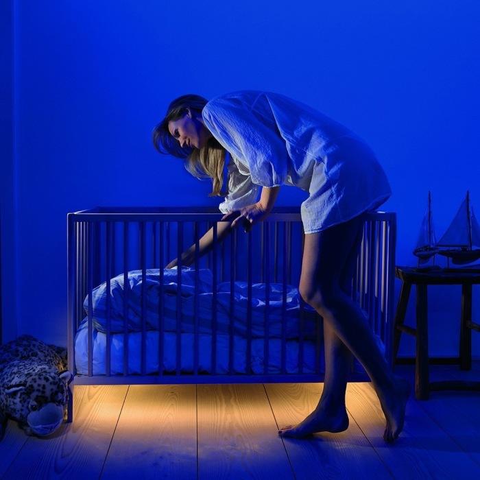 Чтобы малыш спал спокойно, под кроваткой можно сделать специальную подсветку.