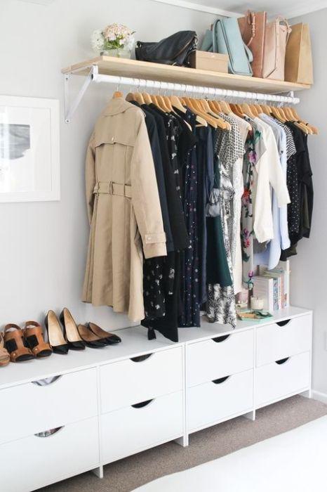 Открытый гардероб - замечательная альтернатива огромным шкафам.