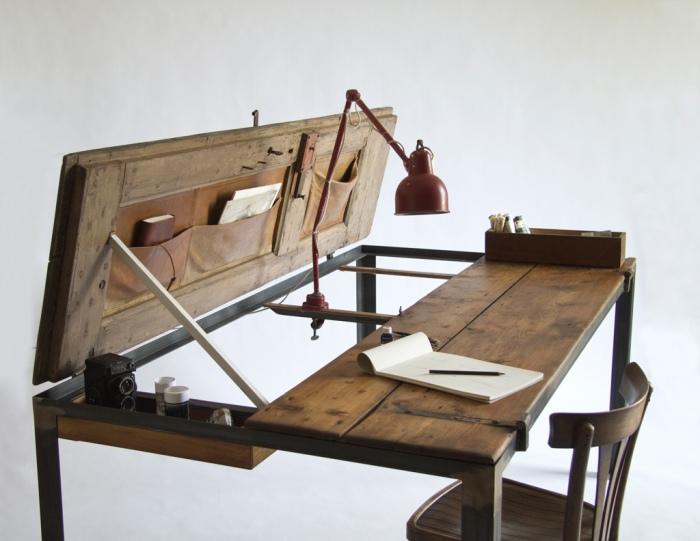 Неординарный рабочий стол, который создан на основе деревянных дверей.