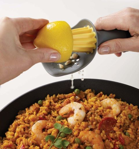 Соковыжималка для лимона, которая помогает предотвратить попадание косточек цитруса в любимые блюда.