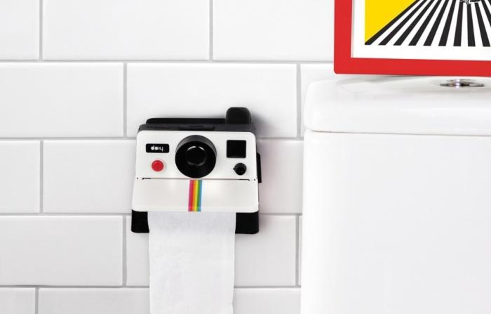 Держатель для туалетной бумаги в виде фотоаппарата, работающего по принципу Polaroid.
