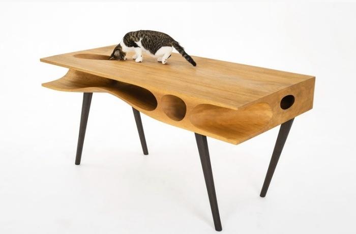 Замечательный рабочий стол со специальными выемками и отверстиями для кошачьих прогулок по столу.