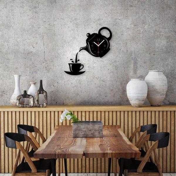 Забавные настенные кухонные часы, состоящие из заварочника, чая и чашечки.