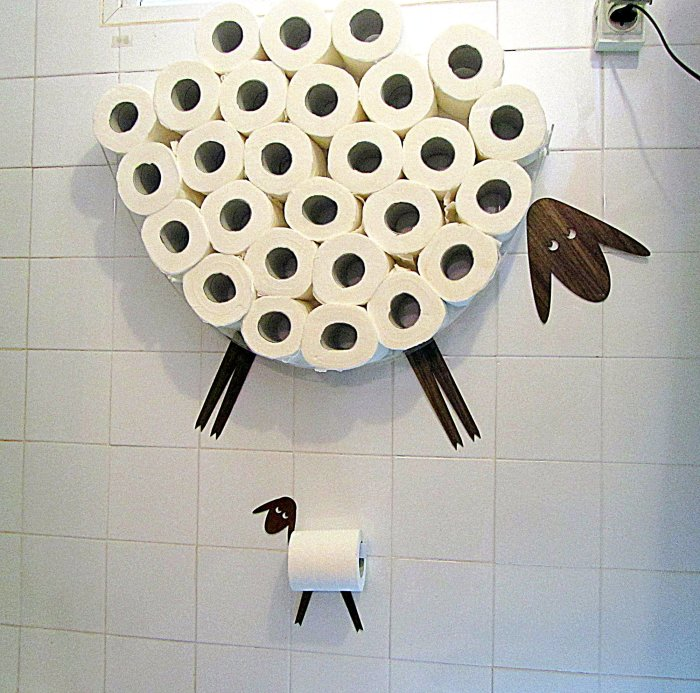 Держатель и своеобразная полка для хранения туалетной бумаги в виде хорошеньких овечек.