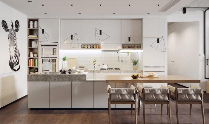 Белая кухня выглядит очень оригинально благодаря геометрическим светильникам, а также изображению зебры на стене.