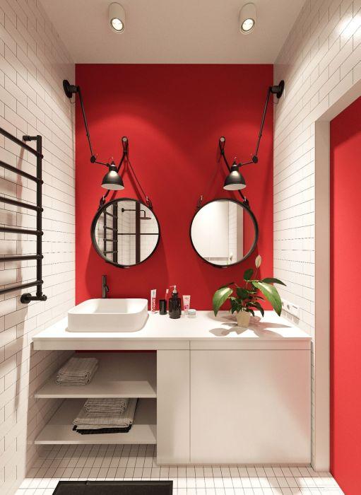 Ванная комната с двумя круглыми зеркалами.
