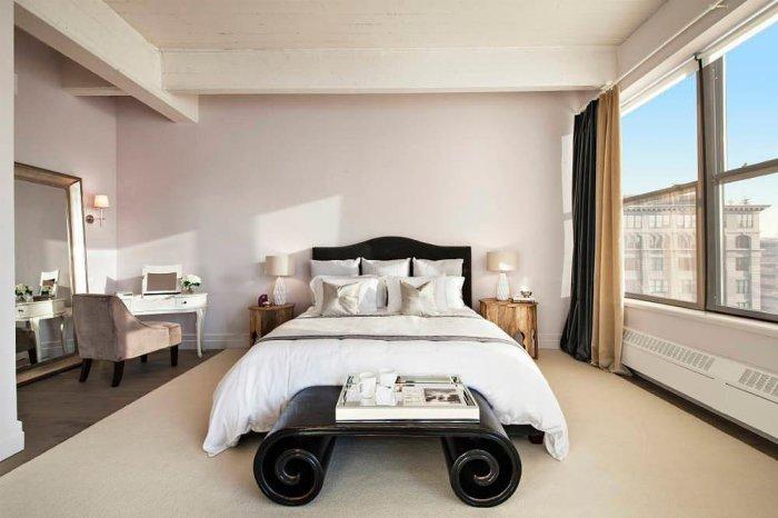 Элегантная спальня Энн Хэтэуэй (Anne Hathaway) с великолепным видом на Манхэттен.