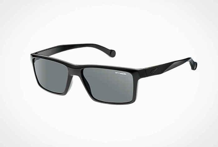 Солнцезащитные очки Arnette Biscuit, стоимость которых - 70 долларов.