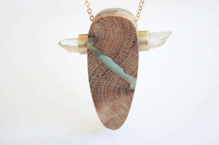 Дизайнер из Австралии создает изящные и очень милые украшения ручной работы из древесины и смолы.