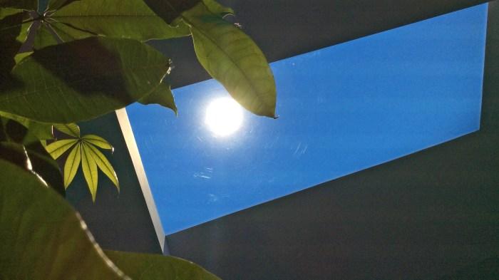 LED-панель в виде окна на потолке.