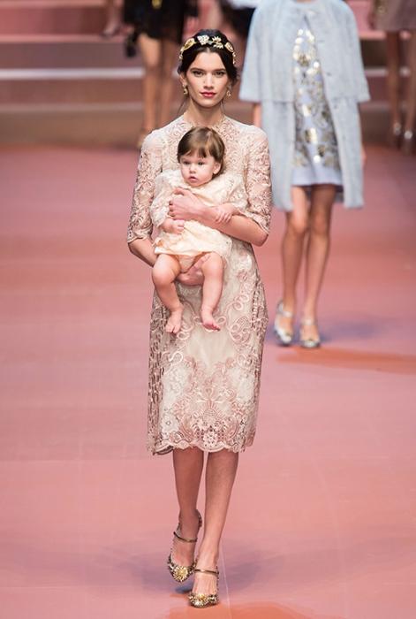Новая коллекция Dolce & Gabbana прославляет женственность и материнство.