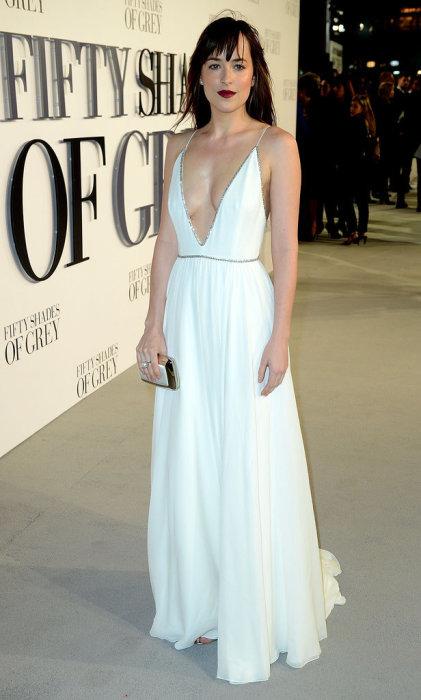 Актриса в платье с очень глубоким вырезом