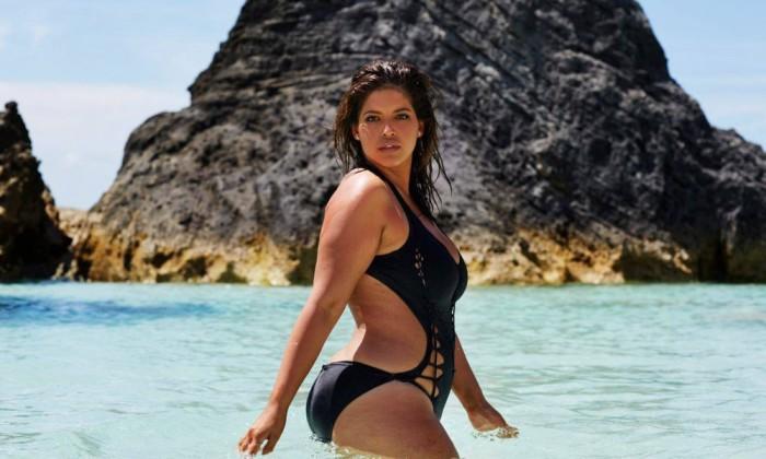 Модель plus-size снялась в рекламе купальных костюмов без ретуши.