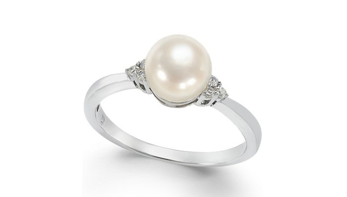 Cultured Freshwater Pearl and Diamond Accent Ring, вставка - жемчуг, цена - одна тысяча долларов.