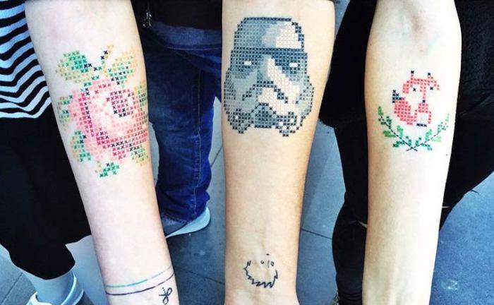 Турецкий мастер нательных рисунков делает татуировки, напоминающие вышивку крестиком.