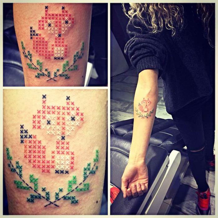 Необычная татуировка, напоминающая вышивку крестиком, в виде лисы от турецкого мастера Eva Krbdk.