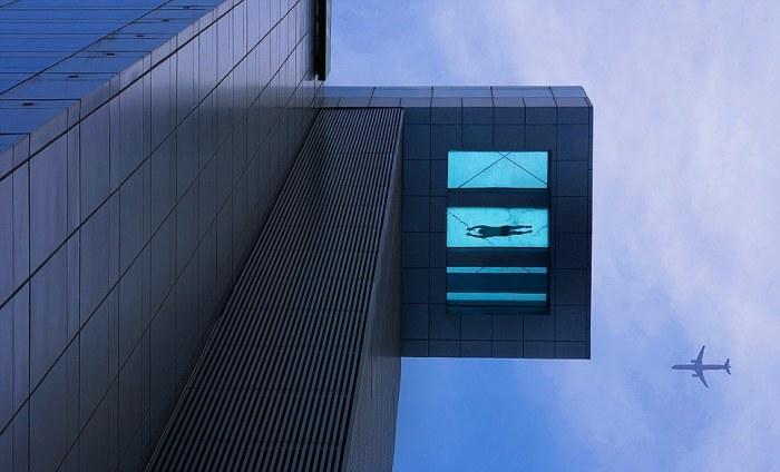 Стеклянный бассейн, который находится на 24-м этаже отеля Holiday Inn Shanghai Pudong Kangqiao, расположенного в Китае в городе Шанхай.