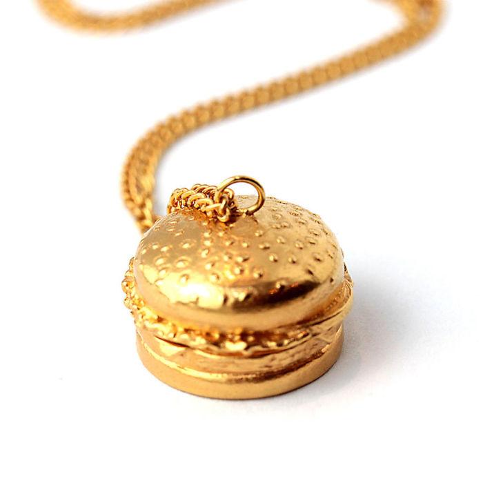 Кулон-медальон в виде аппетитного гамбургера из серебра 925 пробы с золотым напылением от ювелирной компании «Goldie Rox».