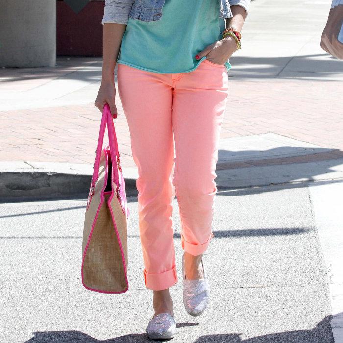 Подвернутые прямые джинсы с широкими манжетами.