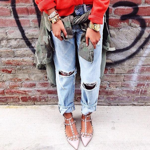 На рваных джинсах бойфренда отлично будут смотреться небрежные манжеты.