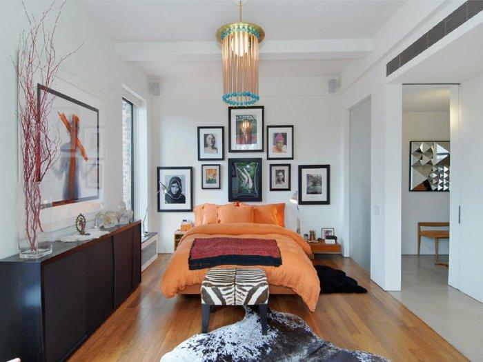 Яркая спальня Дженнифер Энистон (Jennifer Aniston) - звезды американского комедийного телесериала «Друзья».