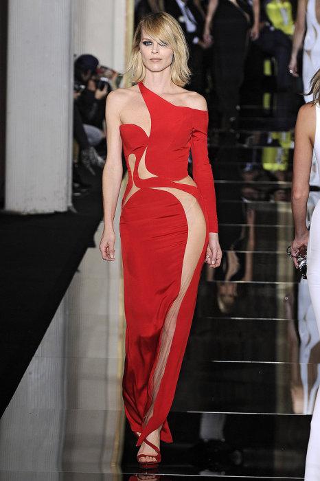 Модель демонстрирует платье в длине макси от Донателлы Версаче