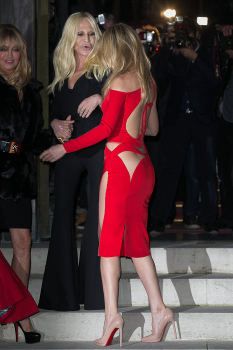 Пикантное красное платье от Версаче на Кейт Хадсон