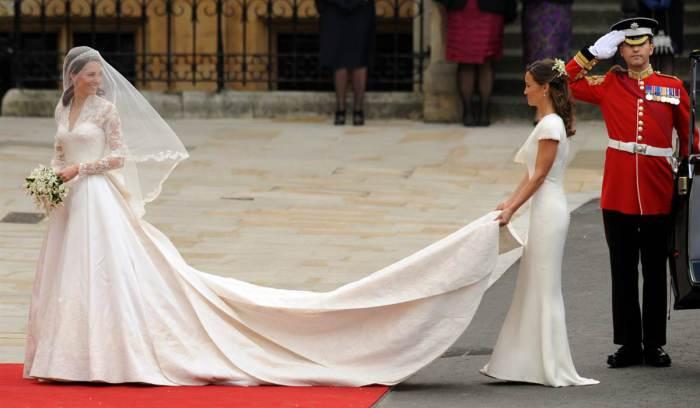 Кейт Миддлтон в свадебном платье от британского дизайнерского дома «Alexander McQueen» на церемонии бракосочетания в апреле 2011 года.