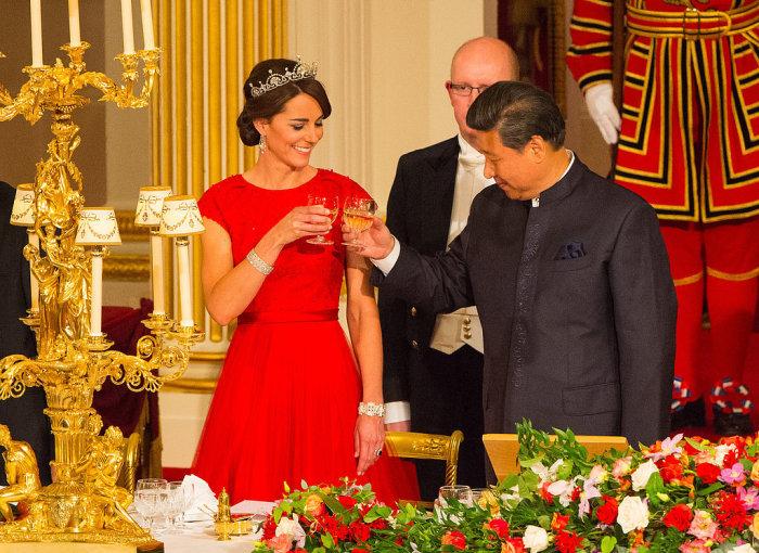 Кейт Миддлтон в платье от Jenny Packham на торжественном ужине в Букингемском дворце в честь председателя КНР Си Цзиньпиня и его супруги Пэн Лиюань.
