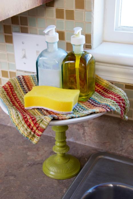 Подставка для торта может стать держателем для моющих средств.