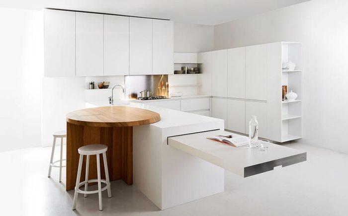 Модный и функциональный кухонный остров с обеденным столом.