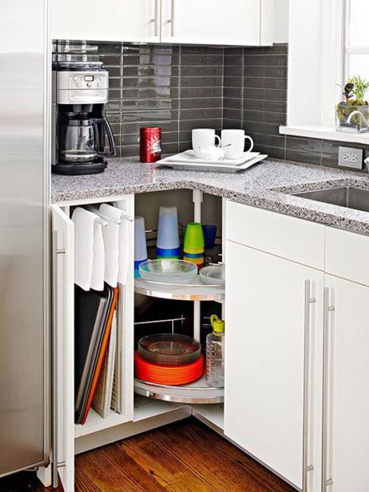 Крутящаяся полка незаменима в конструкции углового кухонного гарнитура.