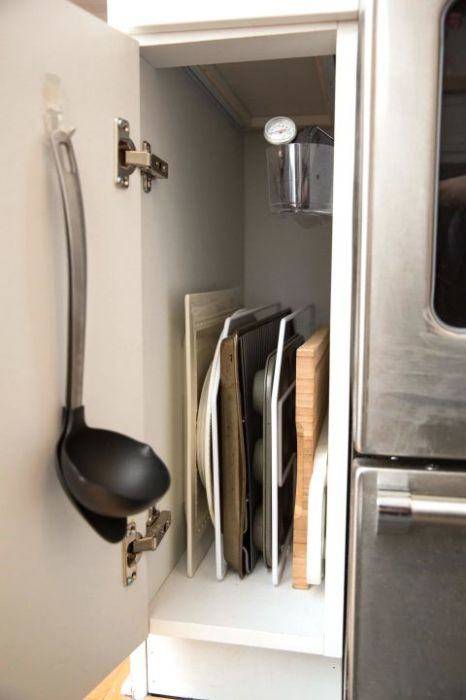 В кухонном гарнитуре функциональными могут быть не только полки с ящиками, но и дверцы.