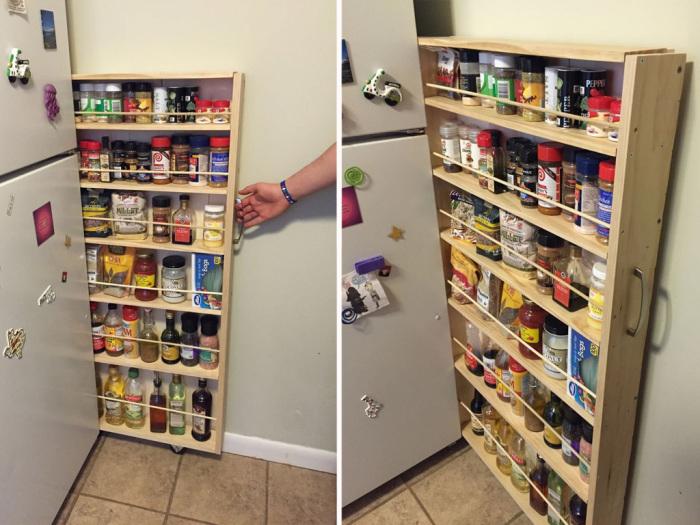 Между холодильным шкафом и стеной вполне может поместиться функциональный стеллаж.