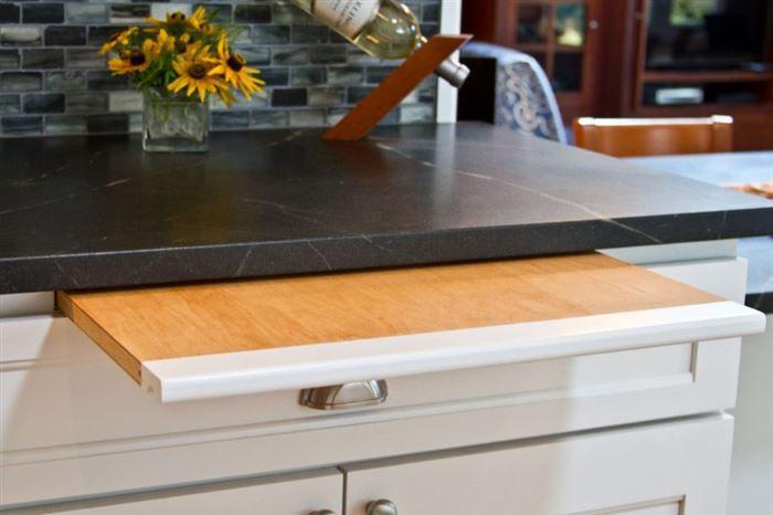 Выдвижная разделочная доска - отличное решение для маленькой кухни с ограниченной площадью рабочей поверхности.