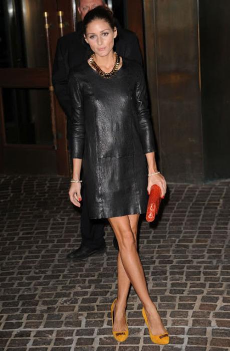 Обворожительная Оливия Палермо в кожаном платье графитового цвета.