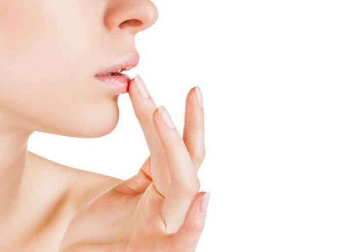 Летом девушки обязательно должны проводить процедуру пилинга для губ.