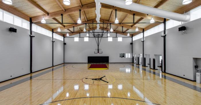 Баскетбольное поле в доме известного баскетболиста Майкла Джордана.