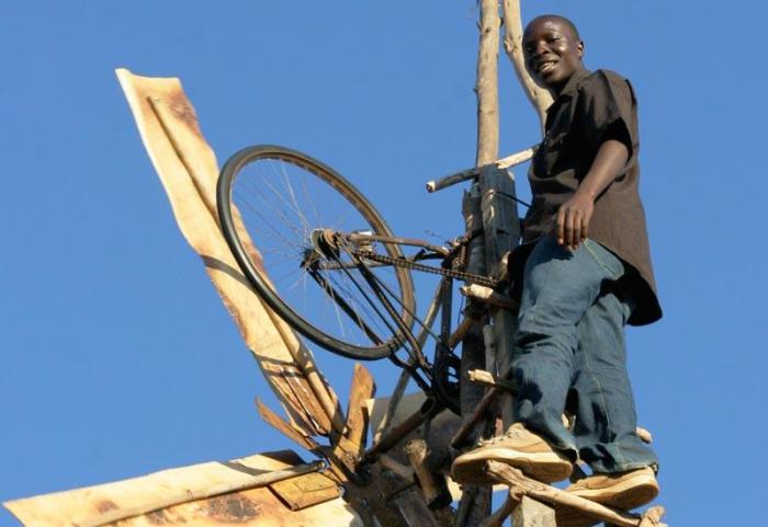 Ветрогенератор, построенный руками 14-летнего подростка из деревушки, расположенной в Восточной Африке.