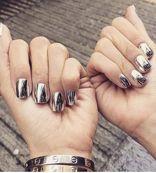 Ногти с зеркальным покрытием смотрятся очень модно и стильно.