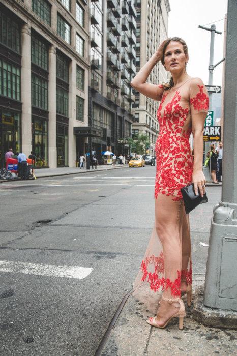 «Голые» платья привлекают к себе слишком много внимания.