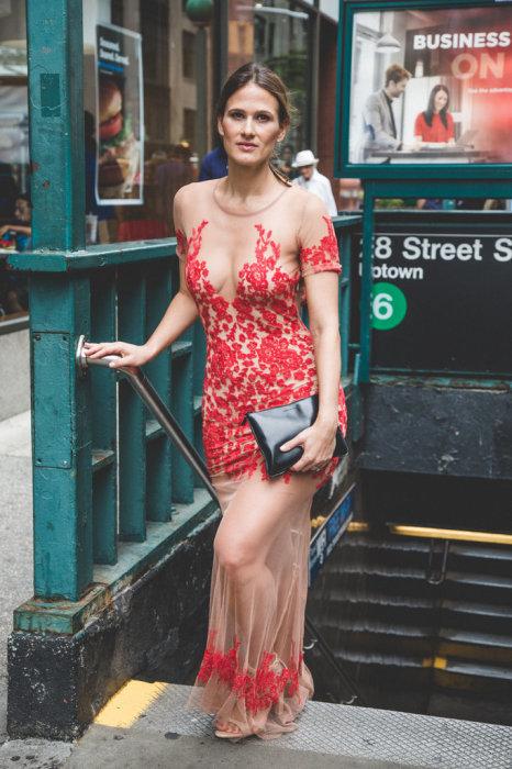 На многих людей появление женщины в таком откровенном наряде в общественных местах произвело шок.