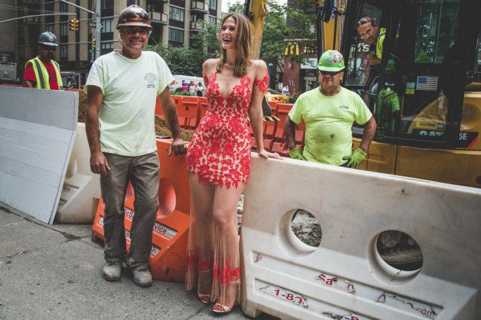 Девушка отважилась на смелый эксперимент и прошлась по улицам своего города в так называемом «голом» платье.