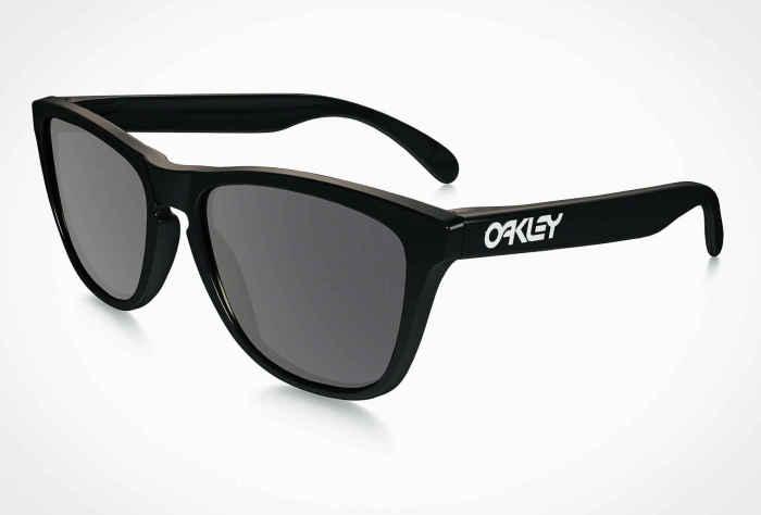 Солнцезащитные очки Oakley Frogskin, стоимость которых - 100 долларов.