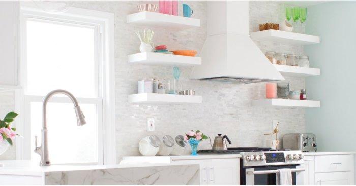 Открытые полки гораздо дешевле полноценных кухонных гарнитуров.