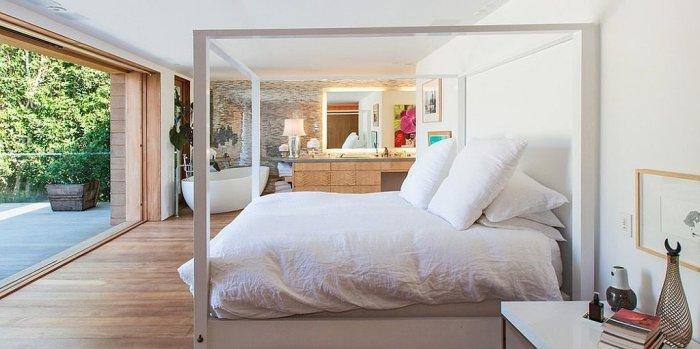 Лаконичная спальня Памелы Андерсон (Pamela Anderson) - звезды телесериала «Спасатели Малибу».